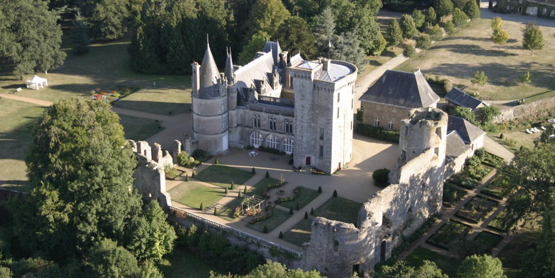 Chateau de La Flocelliere    /   Rădăcini și loc de veșnică odihnă a familiei